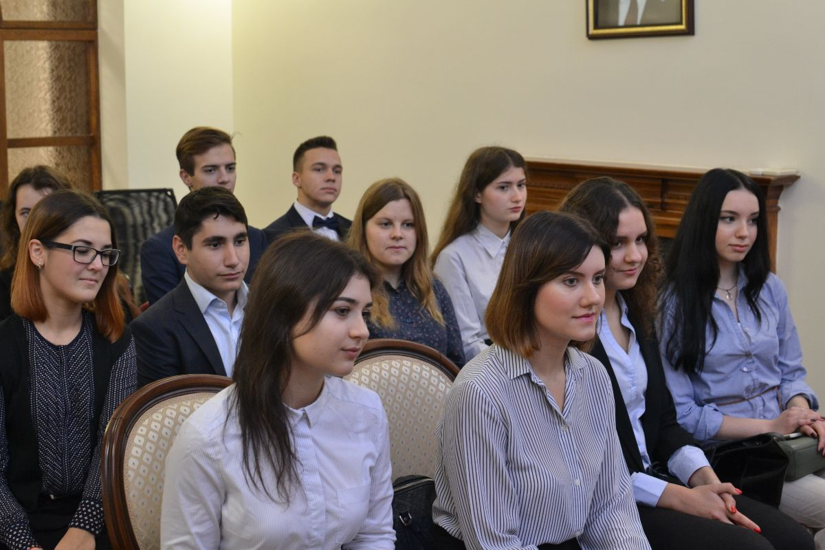 On 24th of October, 2019, on the occasion of the celebration of the 75th anniversary of the founding of the Ministry of Foreign Affairs and the Day of the diplomatic worker of the Kyrgyz Republic, Ambassador Extraordinary and Plenipotentiary of the Kyrgyz Republic to Ukraine Zh. Sharipov met with students of the Kyiv Institute of International Relations and Law of Kyiv National University named after T. Shevchenko. The Institute is a forge of Ukrainian diplomats.