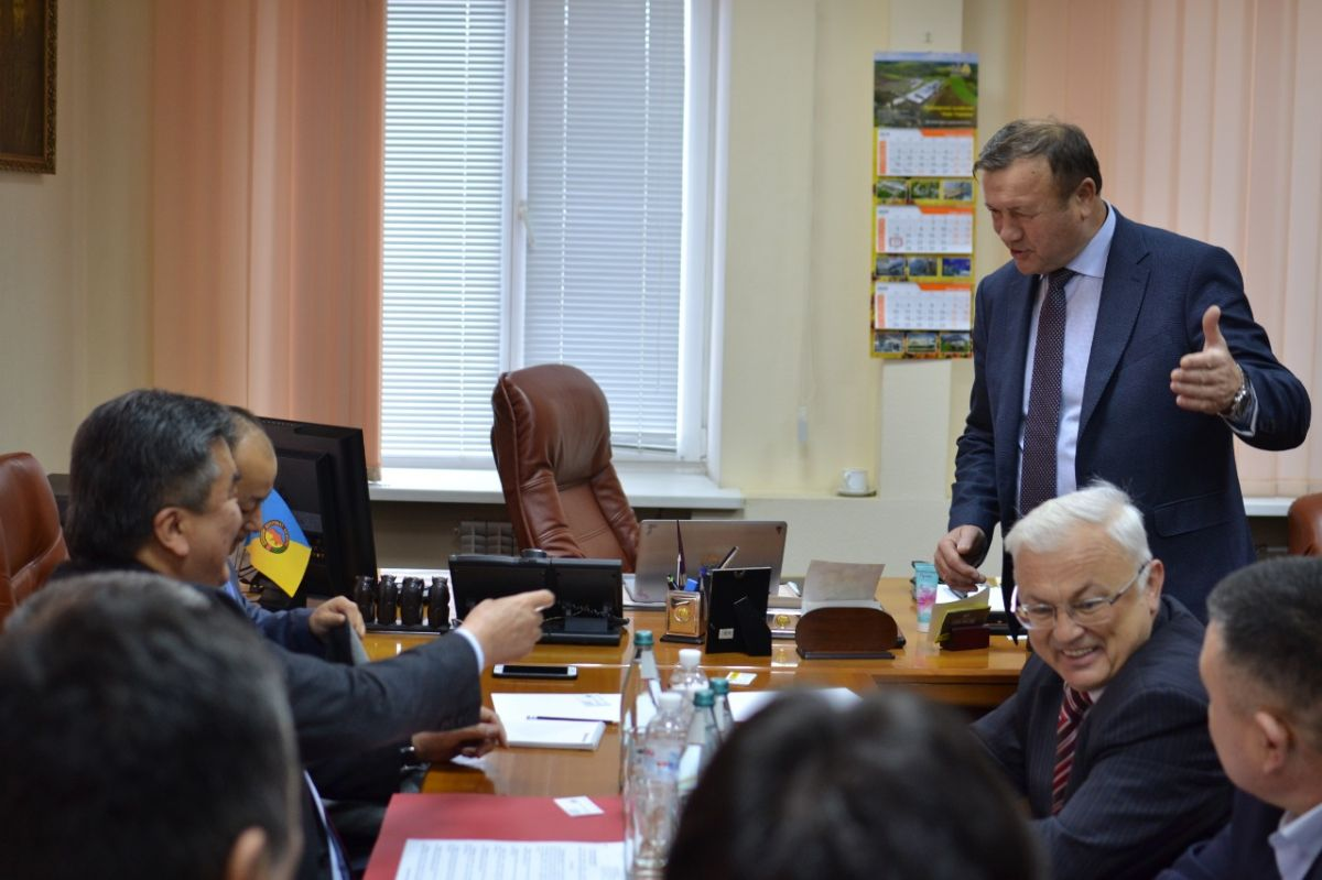 On January 20, 2020, at the initiative of the Embassy of the Kyrgyz Republic, a meeting was held between the Extraordinary and Plenipotentiary Ambassador of the Kyrgyz Republic in Ukraine Zh. Sharipov, representatives and members of the Association of Beekeepers of Kyrgyzstan K. Akmataliev, K. Aly, A. Asanbekov and K. Bayish Uulu with the President of the society beekeepers of Ukraine V.Stretovich.